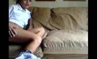Rapidinha com o vizinho em sua bundinha no sofá