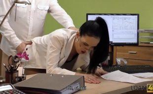 Secretaria gostosa fodendo com seu chefe em um belo filme porno amador