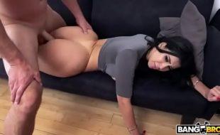 Morena rabuda fodendo com seu parceiro dotado em um belo porno